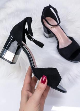 Чорні босоножки на каблуку із срібними вставками