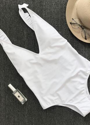 Белый слитный купальник