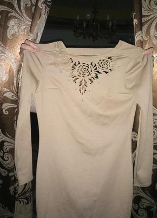 Платье с узором-перфорацией на груди