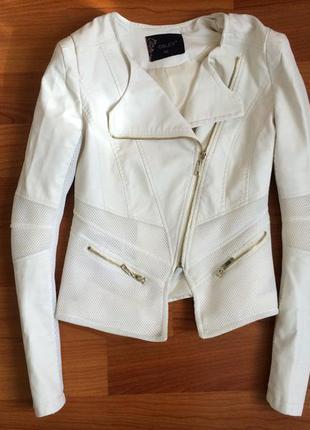 Біла косуха із вставками від osley (замінник шкіри)
