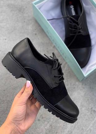 Чорні туфлі з замшевими вставками