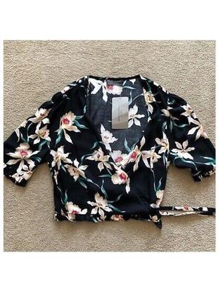 Чёрная блуза блузка топ рубашка на запах с рюшами цветочный принт