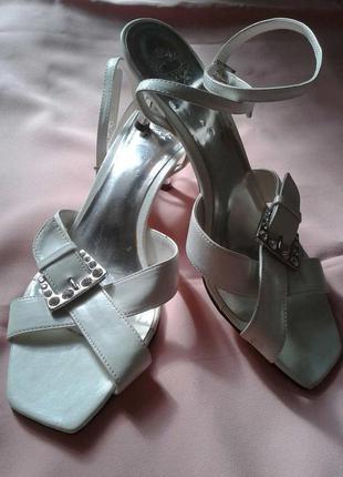 Белые босоножки с пряжками на низком каблуке
