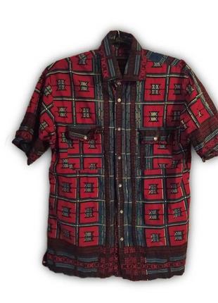 Яркая абстрактная рубашка