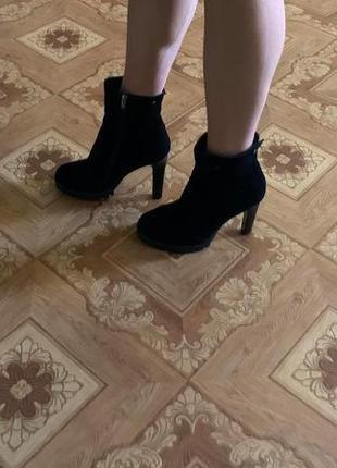 Продам замшевые женские сапожки на каблуке