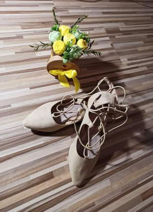 Бежевые балетки со шнуровкой на лето