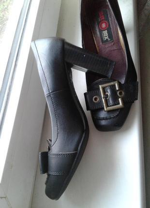 Туфли черные  на каблуке ,38 размер