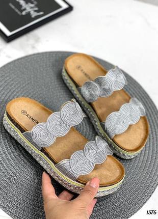 Новые женские серебристые шлепки шлепанцы на плетеной платформе