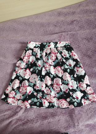 Лёгкая расклешенная юбка из шифона cropp chillin чёрная в цветочный принт