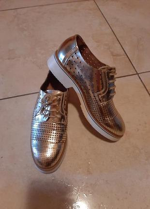 Туфли золотые с перфорацией из натуральной кожи