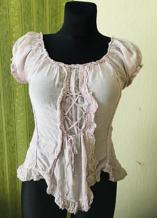 Розовая блузка с шнуровкой впереди