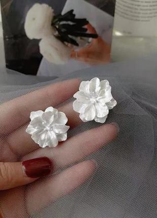 Серьги гвоздики белые цветы