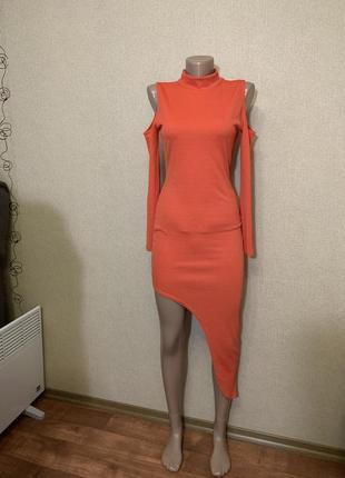 Платье с вырезом и асимметрией