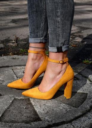 Скидка! красивые замшевые туфли на каблуке