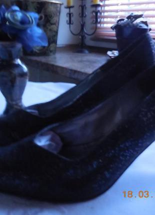 Туфли сине-чёрного цвета.