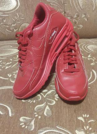 Продам крутые красные кроссовки.