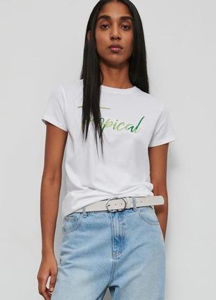 Белая базовая футболка с надписью