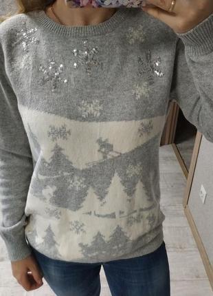 Красивый шерстяной приятный теплый свитер