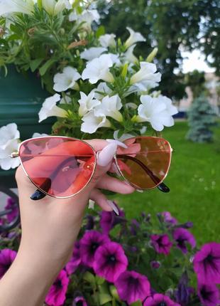 Яркие модные  солнцезащитные очки   в золотой оправе