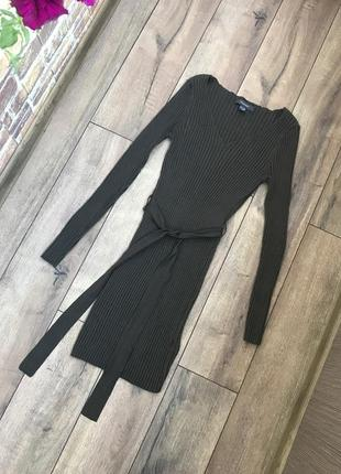 Трикотажное платье в рубчик с пояском цвета хаки