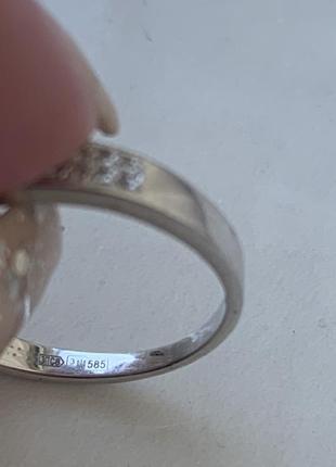 Кольцо из белого золота с бриллиантами.