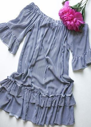 Платье на плечи в полоску с воланами