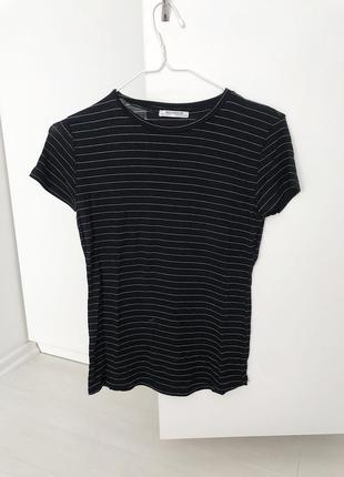 Базовая чёрная  футболка в белую тонкую полоску