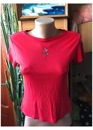 Красная футболка с нашивкой розы