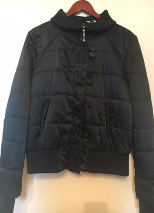 Стильная стеганая куртка из атласной ткани