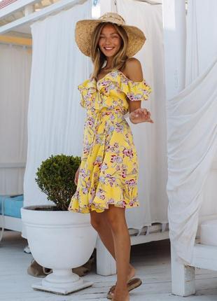 Платье на запах короткое, цветочный принт на желтом фоне