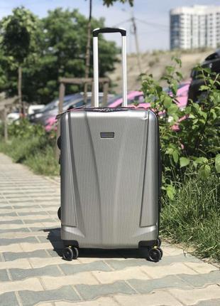 Средний чемодан из поликарбоната в цвете серебро франция