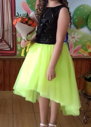 Фатиновая юбка и топ с пайетками.