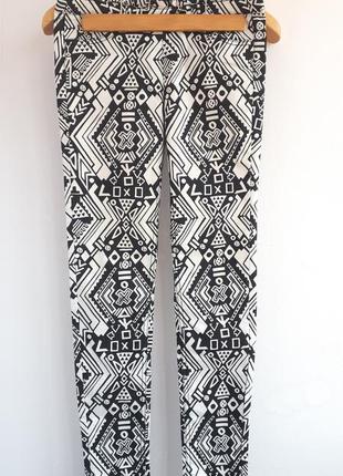 Легкие летние джинсы в черно-белый принт с молнией сзади