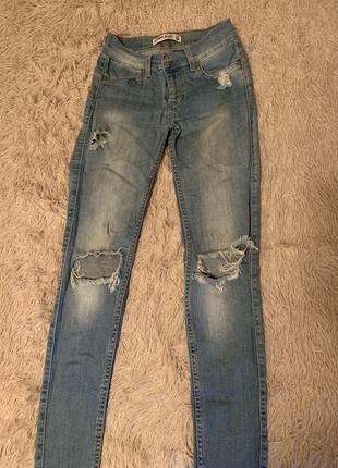 Светлые джинсы со рванностями
