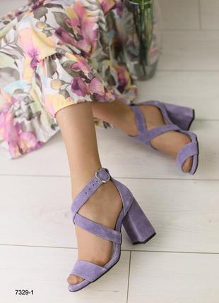 Босоножки на удобном широком каблуке, натуральная замша, лилового, сиреневого цвета