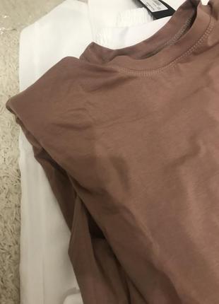 Стильная футболка с подплечниками 🔝3 фото