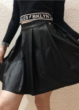 Чорна спідниця з еко-шкіри