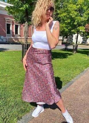 Атласная юбка миди с акварельным принтом