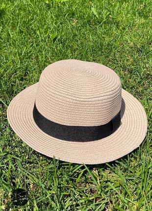 Соломенная шляпка с широкой лентой