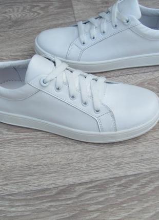 Модные белые кеды из натуральной кожи