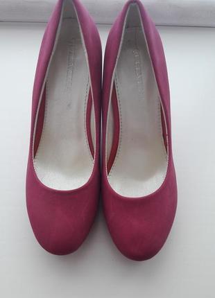 Шикарные туфли на танкетке цвет фуксия