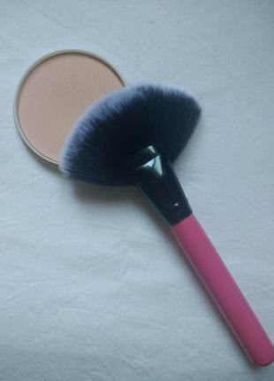 Качественная кисть для  макияжа с лёгкой деревянной ручкой и  мягким ворсо