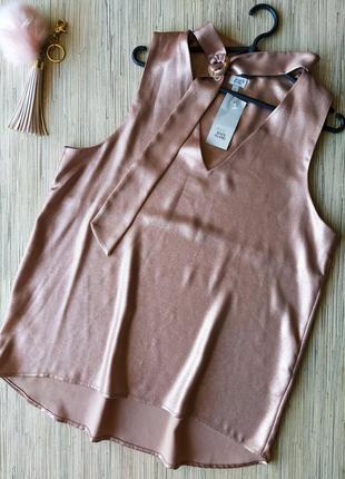 Нарядная плотная блестящая блуза с чокером
