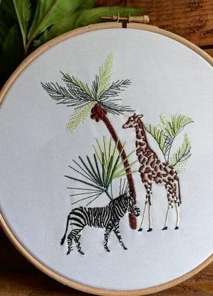 Вышитая картина в деревянной рамке с животными / зебра, жираф, пальмы