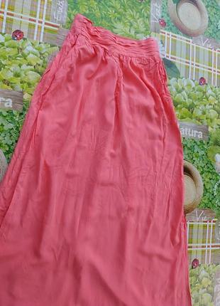 Кораловая юбка с разрезами и карманами