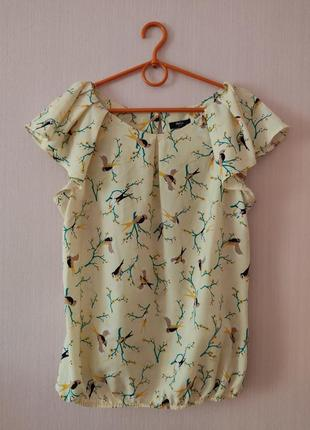 Блузка в актуальный принт птицы.