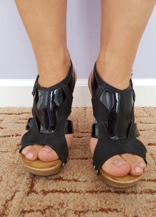 Черные босоножки на каблуке*
