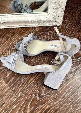 Новые серые туфли натуральная замша