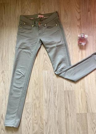 Стильные джинсы хаки