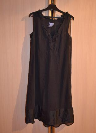 Нежное фирменное платье модного фасона
